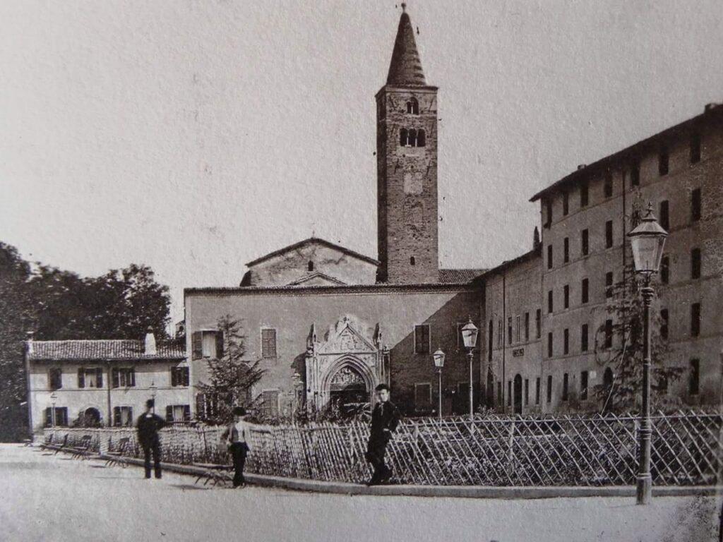 S. Giovanni Evangelista con il vecchio ospedale in uno scatto dei primi '900 © R. Stanghellini